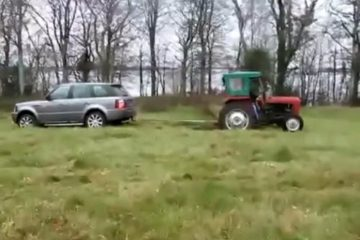 duel entre un range rover et un vieux tracteur