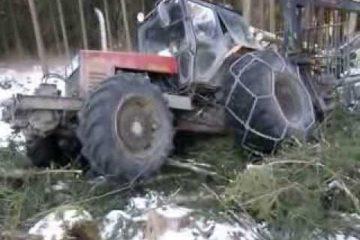 des conditions difficiles en foret pour un belarus mtz 1025