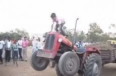 figure en tracteur par un enfant